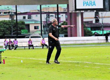 Insatisfeito, Hélio dos Anjos culpa 'barreira' pelo gol azulino.