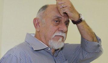 Ex-governador é denunciado por irregularidades e desvio de verbas da saúde.